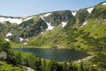 Im Riesengebirge befinden sich zwei große Gletscherseen - den Wielki a Mały Staw auf der polnischen Seite des Gebirges. Vielerorts spiegeln sich inmitten der Torfmoore glatte kleine Seen - die so genannten Mooraugen, Foto: Archiv Vydavatelství MCU s.r.o.